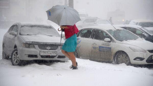 Dívka jde po ulici během silného sněžení - Sputnik Česká republika