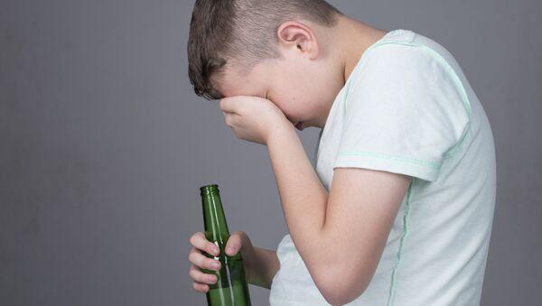 Dítě s lahví alkoholu - Sputnik Česká republika