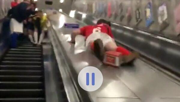 Rychlý sestup do metra skončil pro opilého Brita dvojí ránou do rozkroku - Sputnik Česká republika