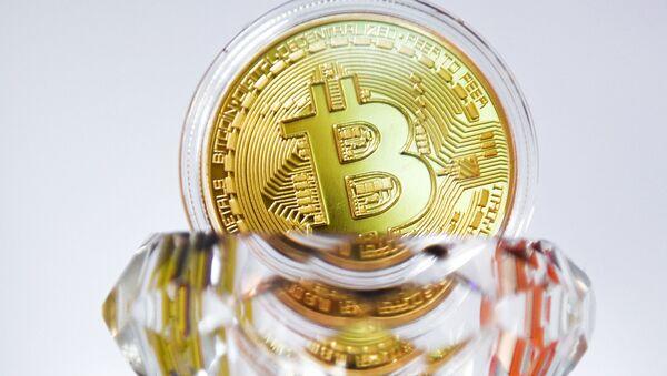 Suvenýrová mince Bitcoin - Sputnik Česká republika