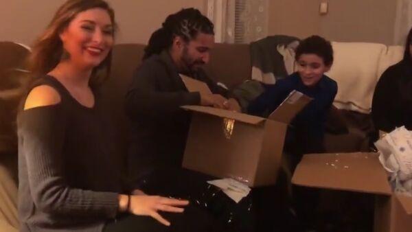 Američanka obdarovala na Vánoce svého otčíma dárkem, který ho dojal k slzám - Sputnik Česká republika