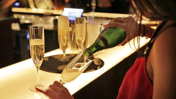 Dívka rozlévá šampaňské v New Yorku - Sputnik Česká republika
