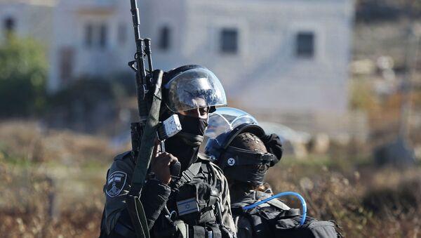 Pracovníci bezpečnostních orgánů Izraele během potyček na hranici Palestiny a Izraele - Sputnik Česká republika