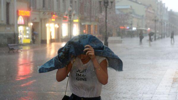 Dívka během deště - Sputnik Česká republika