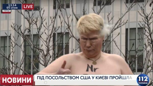 Nahá aktivistka zobrazující Trumpa uspořádala akci v Kyjevě - Sputnik Česká republika