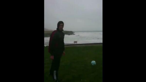 Muž v Irsku si zahrál fotbal s uragánem - Sputnik Česká republika