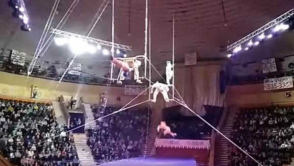 Pád vzdušné akrobatky v cirkuse - Sputnik Česká republika