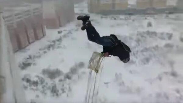 Ruský hazardér vyskočil po hlavě z balkónu obytného domu - Sputnik Česká republika