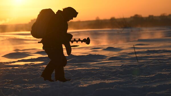 Tradiční ruská zábava: rybolov na dírkách na řece Tom - Sputnik Česká republika