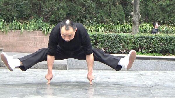 Čínské zázraky: mistr kung-fu dělá kliky na dvou prstech - Sputnik Česká republika