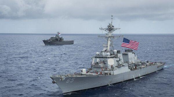 Американский эсминец USS Benfold (DDG-65) и японский буксир на учениях в заливе Сагами у восточного побережья Японии - Sputnik Česká republika