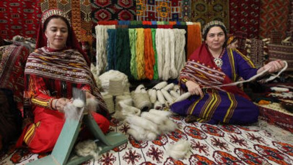 Stánek na výrobu koberců na výstavě v Ašchabadu, Turkmenistán. Ilustrační foto - Sputnik Česká republika