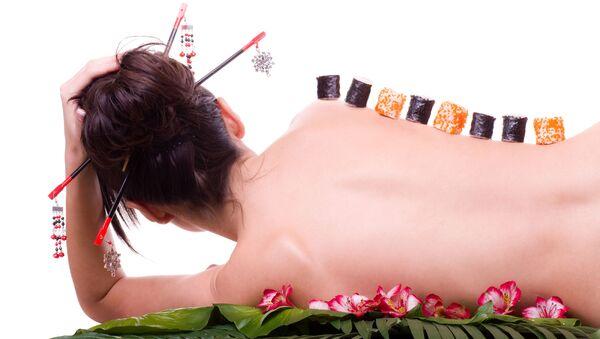 Suši na ženském těle. Ilustrační foto - Sputnik Česká republika