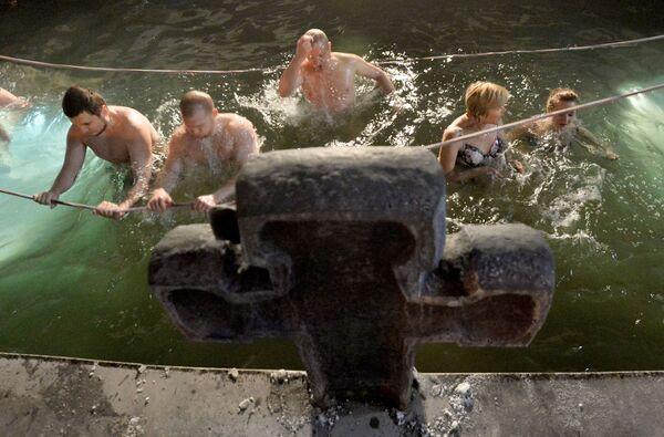 To je ruská odvaha! Pravoslavní se ponořují do ledové vody o svátku Křtu Páně - Sputnik Česká republika
