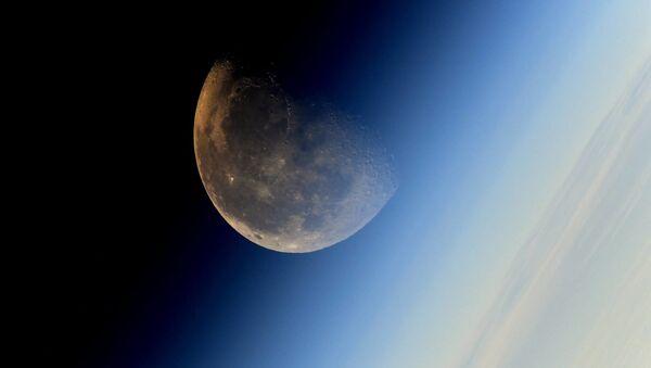Snímek Měsíce pořízený kosmonautem Sergejem Rjazanským - Sputnik Česká republika