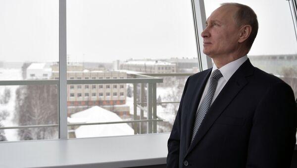 Vladimir Putin pozoruje let nového bombardéru Pjotr Dějněkin - Sputnik Česká republika