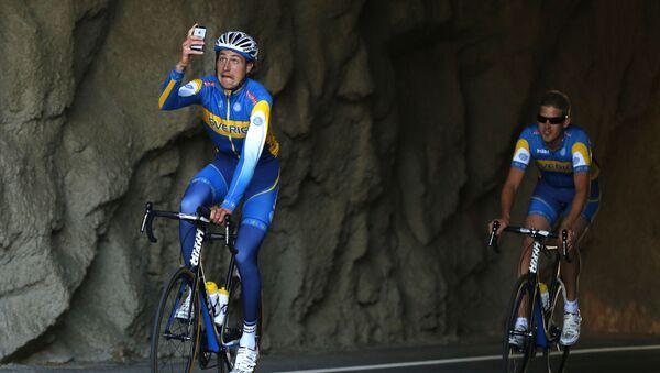 Сyklista dělá selfie během závodů ve Španělsku - Sputnik Česká republika
