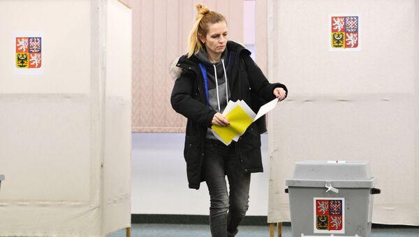 Pražanka hlasuje ve volební místnosti během prvního kola prezidentských voleb v Česku - Sputnik Česká republika