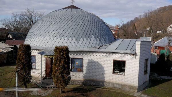 73letý amatérský astronom 18 let stavěl vlastní hvězdárnu - Sputnik Česká republika