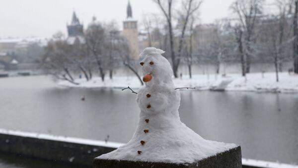 Sněhulák na nábřeží v Praze - Sputnik Česká republika