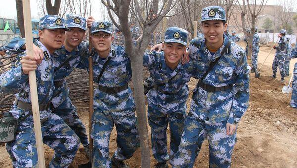 Čínští vojáci vysazují stromy - Sputnik Česká republika