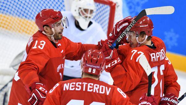 Ruští hokejisté Dacjuk, Nestěrov a Kaprizov oslavují gól v zápase se Slovinskem - Sputnik Česká republika