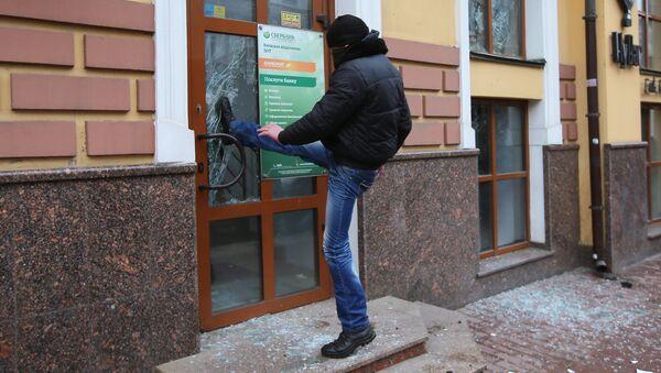 Radikál uvízl ve skleněných dveřích kanceláře Sberbanku v Kyjevě - Sputnik Česká republika