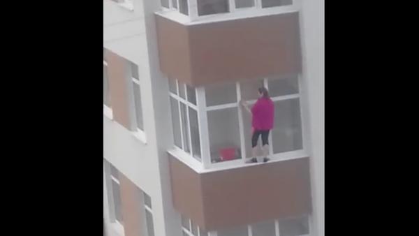Odvážná hospodyně bez jištění myla okna ve velké výšce - Sputnik Česká republika