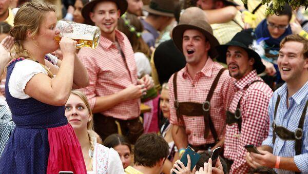 Посетители фестиваля пива Октоберфест в Мюнхене - Sputnik Česká republika