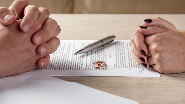 Manželka a manžel podepisují rozvodové listiny - Sputnik Česká republika
