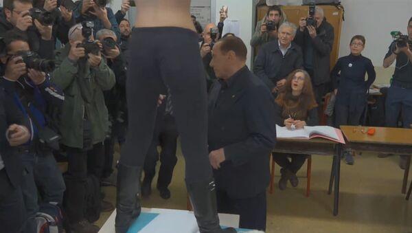 Nahá a nespokojená: aktivistka FEMEN se svlékla před Berlusconim - Sputnik Česká republika