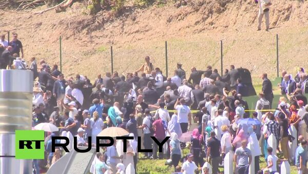 Dav ve Srebrenici házel na srbského premiéra kameny - Sputnik Česká republika