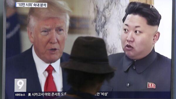 Donald Trump a Kim Čong-un na obrazovce televizoru - Sputnik Česká republika