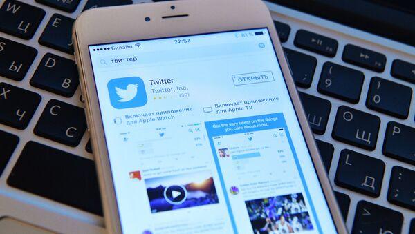 Stránka sociální sítě Twitter na obrazovce smartphonu - Sputnik Česká republika