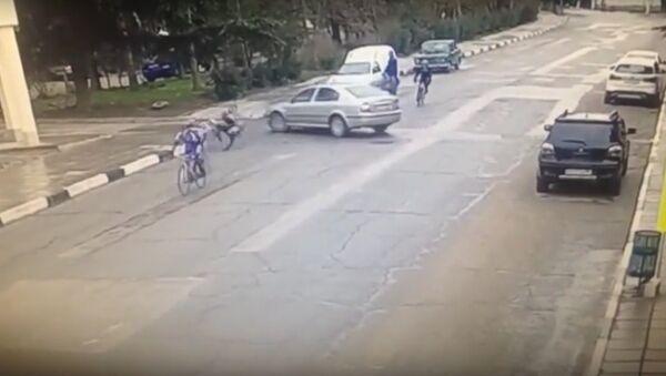 Na internetu se objevil videozáznam nájezdu auta do skupiny cyklistů ve městě Alušta - Sputnik Česká republika