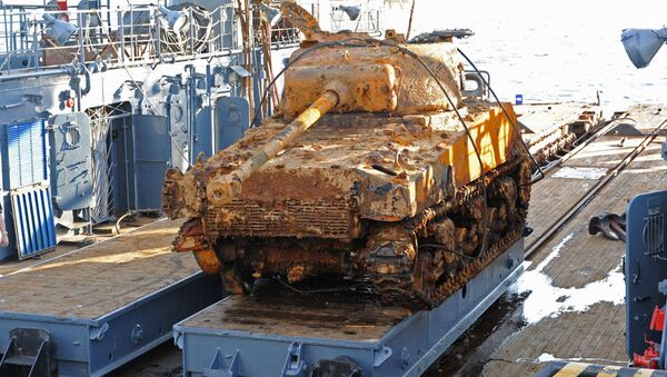 Zvednutí dvou tanků Sherman na Baltském moři - Sputnik Česká republika