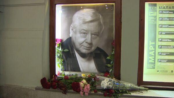 Lidé přinášejí květiny k divadlu, aby uctili památku Tabakova - Sputnik Česká republika