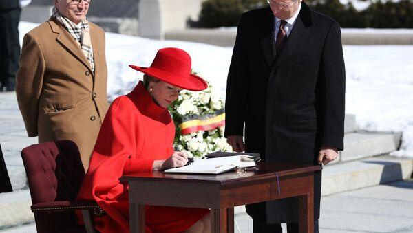 Belgická královna Mathilde podpisuje kondolenční knihu po obřadu položení věnce u hrobu neznámého vojína během státní návštěvy Ottawy 12. března 2018. - Sputnik Česká republika