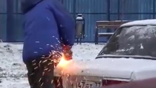 Rus odřízl kus cizího auta, aby zaparkoval - Sputnik Česká republika