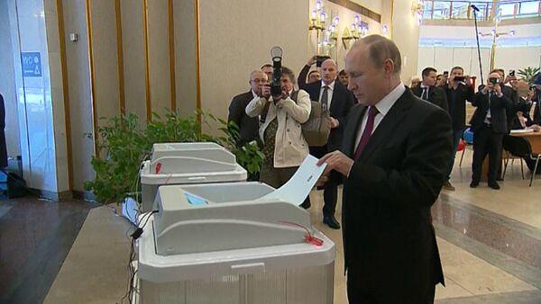 Vladimir Putin hlasoval v prezidentských volbách - Sputnik Česká republika