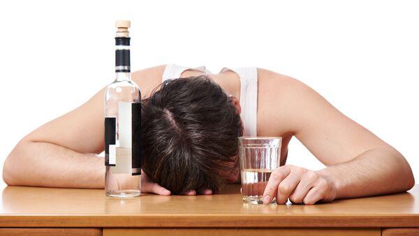 Opilý muž s láhví vodky - Sputnik Česká republika