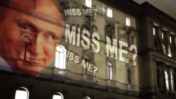 """""""Stýskalo se vám po mně?"""" Obraz Putina s úsměvem byl promítnut na budovu britského MZV - Sputnik Česká republika"""