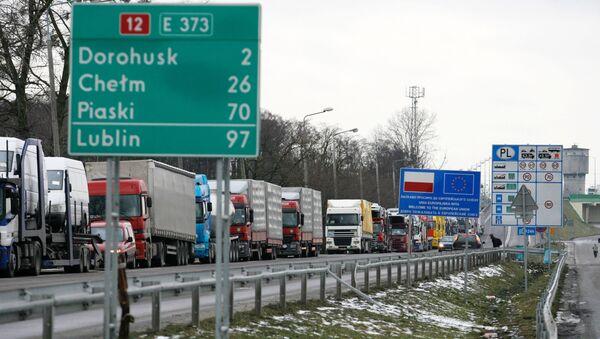 Kolony nákladních aut na hranicích mezi Polskem, Ukrajinou a Běloruskem u města Dorohusk - Sputnik Česká republika