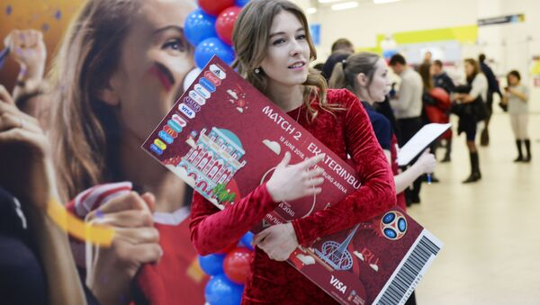 Dívka s maketou vstupenky na MS 2018 v Rusku - Sputnik Česká republika