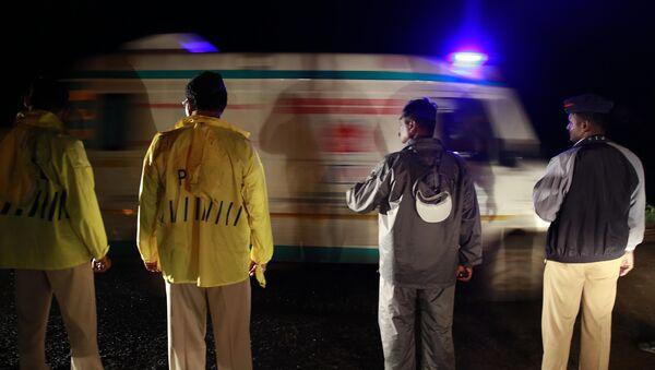 Policisté a sanitka v Indii - Sputnik Česká republika