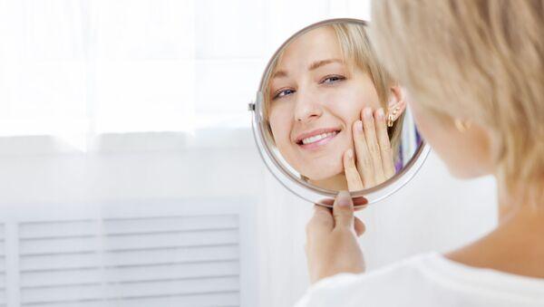 Dívka se na sebe usmívá v zrcadle - Sputnik Česká republika