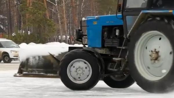 Ten muž jezdí traktorem jako v osobáku - Sputnik Česká republika