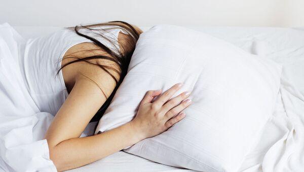 Dívka v posteli - Sputnik Česká republika