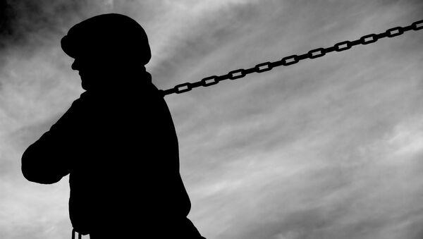 Pracovník se řetězem. Ilustrační foto - Sputnik Česká republika
