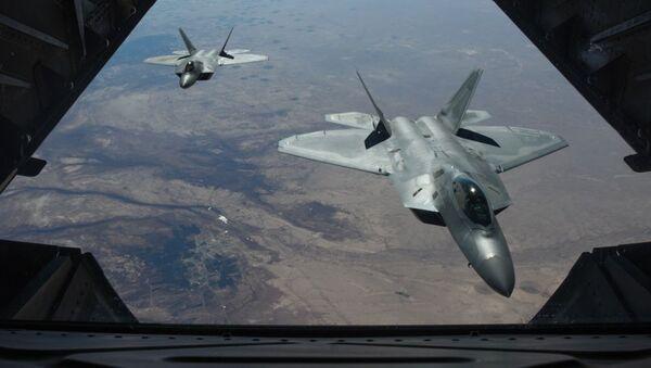 Americké stíhací letouny  F-22 Raptor nad územím Sýrie - Sputnik Česká republika